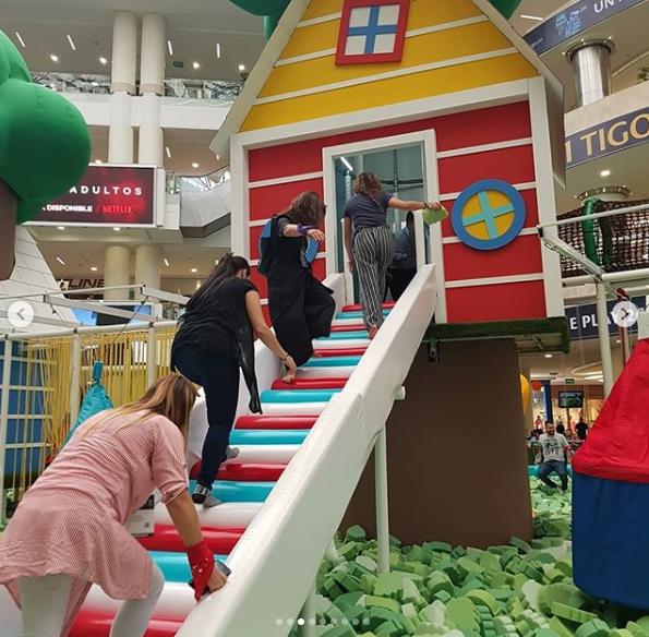 Nostalgia infantil juegos en espacio comercial